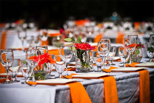 Оранжевая свадьба. Салфетки на столах.