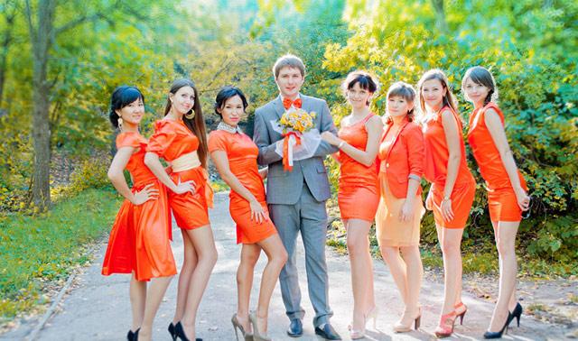 Оранжевая свадьба. Подружки невесты платьях.