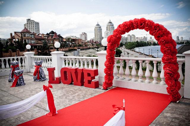 Красная свадьба. Свадебная арка и дорожка.