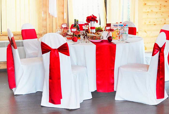Красная свадьба. Красные банты на стульях, лента на столе.