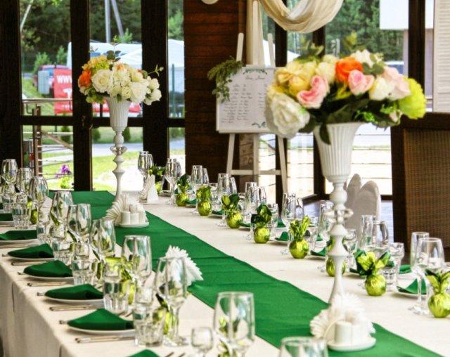 Вазы с цветами на гостевые столы