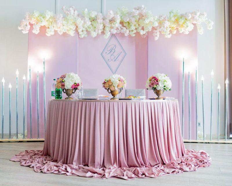 Декор круга для выездной регистрации с помощью композиций из живых цветов и украшение стола молодых тканями, разноуровневыми светильниками