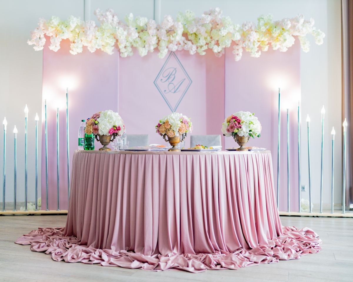 Свадебное оформление стола молодоженов и выездная регистрация в ресторане «Вестфалия»