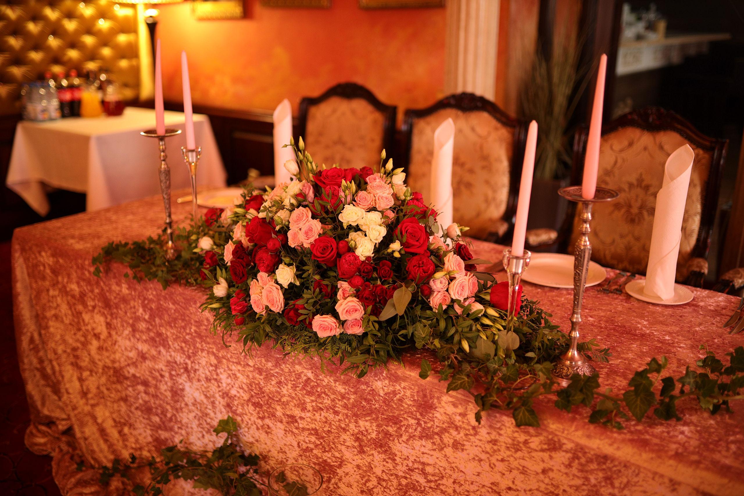Свадебное оформление стола молодых и гостевых столов в ресторане «Ренессанс»