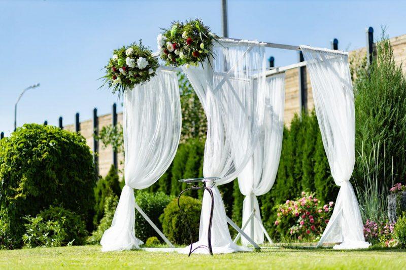 Украшение выездной регистрации и декор свадебного зала в усадьбе «О-Рай».  Чехлы и банты на стулья, композиции из живых цветов