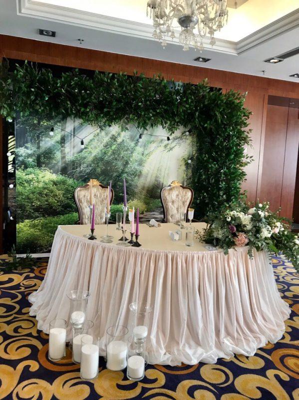 Декор выездной регистрации аркой с живыми цветами и украшение стола молодых в банкетном зале отеля «Пекин».  Ретро гирлянда, стеклянные вазы