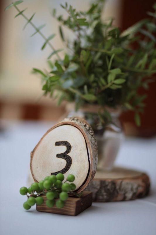 Свадебное оформление банкетного зала в усадьбе. Украшение выездной регистрации кругом из живых цветов, план рассадки, номерки