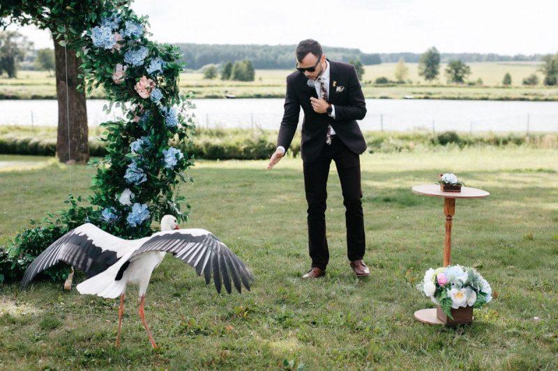 Свадебная флористика и декор выездной регистрации в ресторане «Графский Маентак». Столик для росписи, ретро гирлянда для вечерней фото сессии