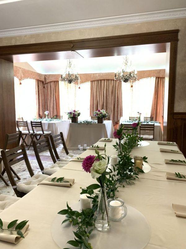 Декор выездной регистрацией - установка свадебной арки на пирсе, декор арки живыми цветами и тканями, столик для росписи.