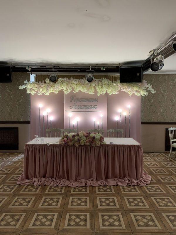 Цветочная композиция на столе молодоженов на свадьбе Константина и Анастасии. Имена молодоженов, разноуровневые светильники, сакура