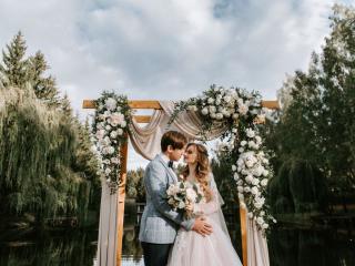 Украшение выездной регистрации, установка свадебной арки на пирсе в усадьбе «Тарасово»