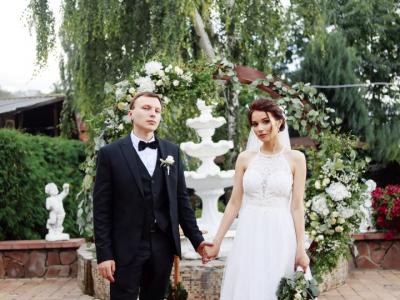 Украшение зала для свадьбы и декор свадебной арки в кафе «Птичь»