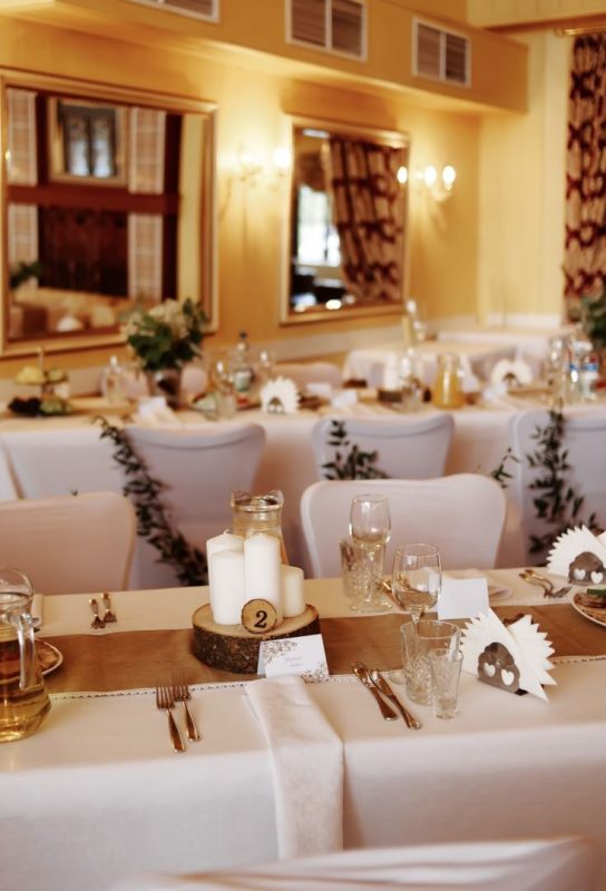 Украшение стола молодоженов и гостевых столов в банкетном зале кафе «Птичь». Арка из живых цветов, с ретро гирляндой, для регистрации