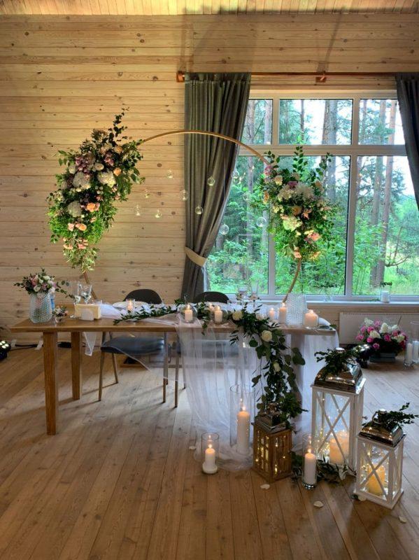 Оформление свадебного президиума и выездной регистрации и использование живых цветов в ресторане отеля «Ислочь Парк».