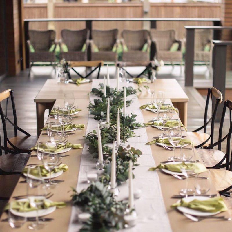 Свадебный декор гостевых столов - свечи, подсвечники, салфетки, раннер, цветочные композиции