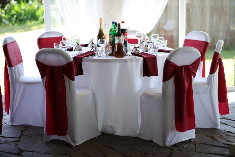 Свадебный декор гостевых столов - салфетки, банты на стулья, чехлы на стулья