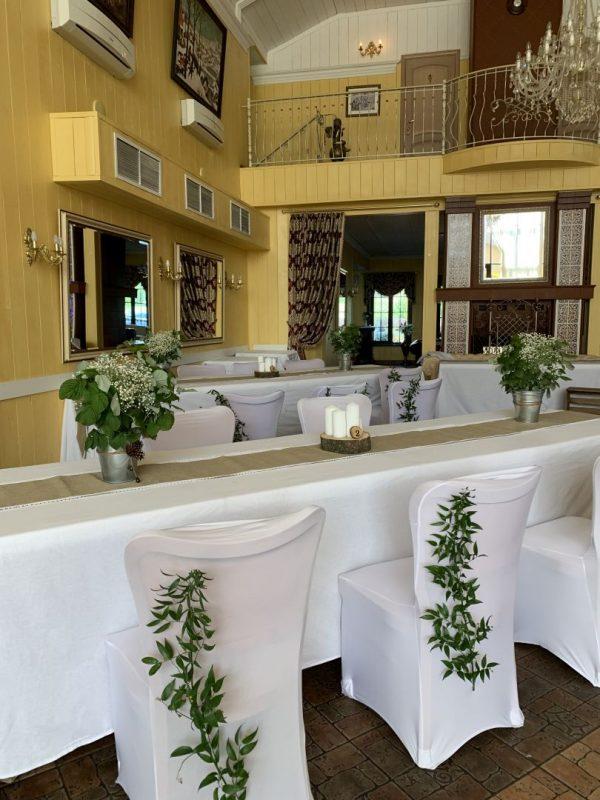 Свадебный декор гостевых столов - свечи, древесные спилы, букеты, украшение стульев