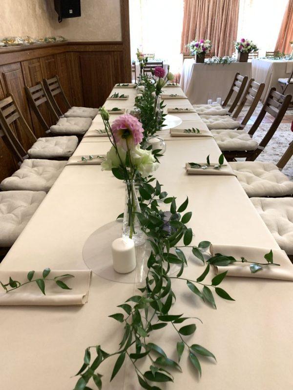 Свадебный декор гостевых столов  - салфетки, свечи, цветы в вазе, веточки