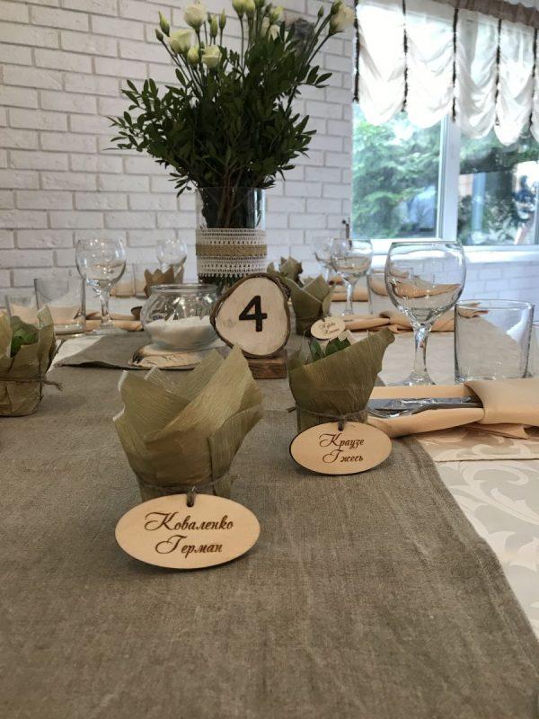 Свадебный декор гостевых столов - цветы в вазе, раннер, карточки рассадки, номерки на столы