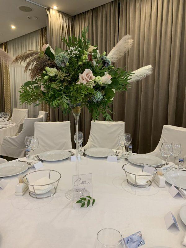 Свадебный декор гостевых столов - цветочная композиция, номерок стола, карточки рассадки