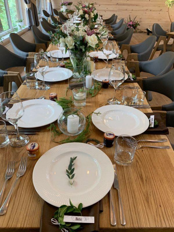 Свадебный декор гостевых столов  - цветочные композиции, карточки рассадки, вазочки, свечи